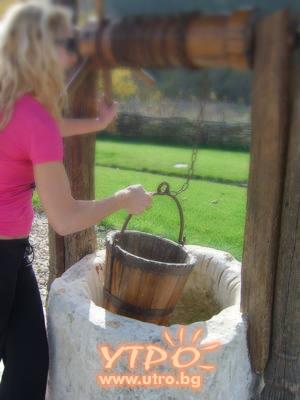 мома блондинка за вода