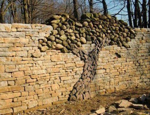 дърво от камъни