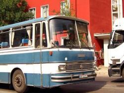Пътува младо момиче в претъпкан автобус