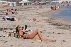 Лежат си на плажа сваляч и садист и наблюдават минаващите мадами
