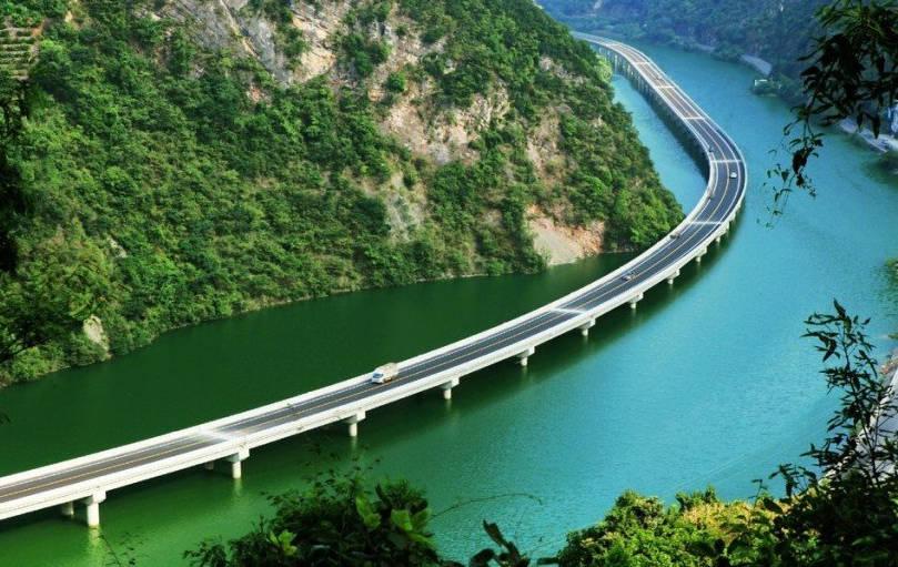 Мост през реката в Китай