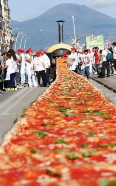 невероятно огромна пица
