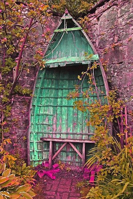 лодка в градината