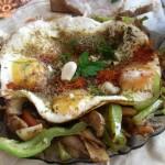 Яйца върху зеленчуци