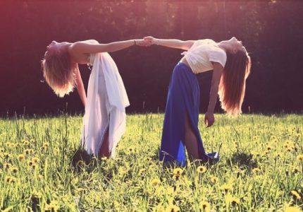 Момиче, момичета, приятелство, любов, радост, настроение, поляна, трева, цветя