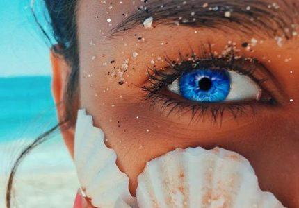 очи с цвят на море