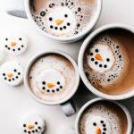 снежен човек в какао или горещ шоколад